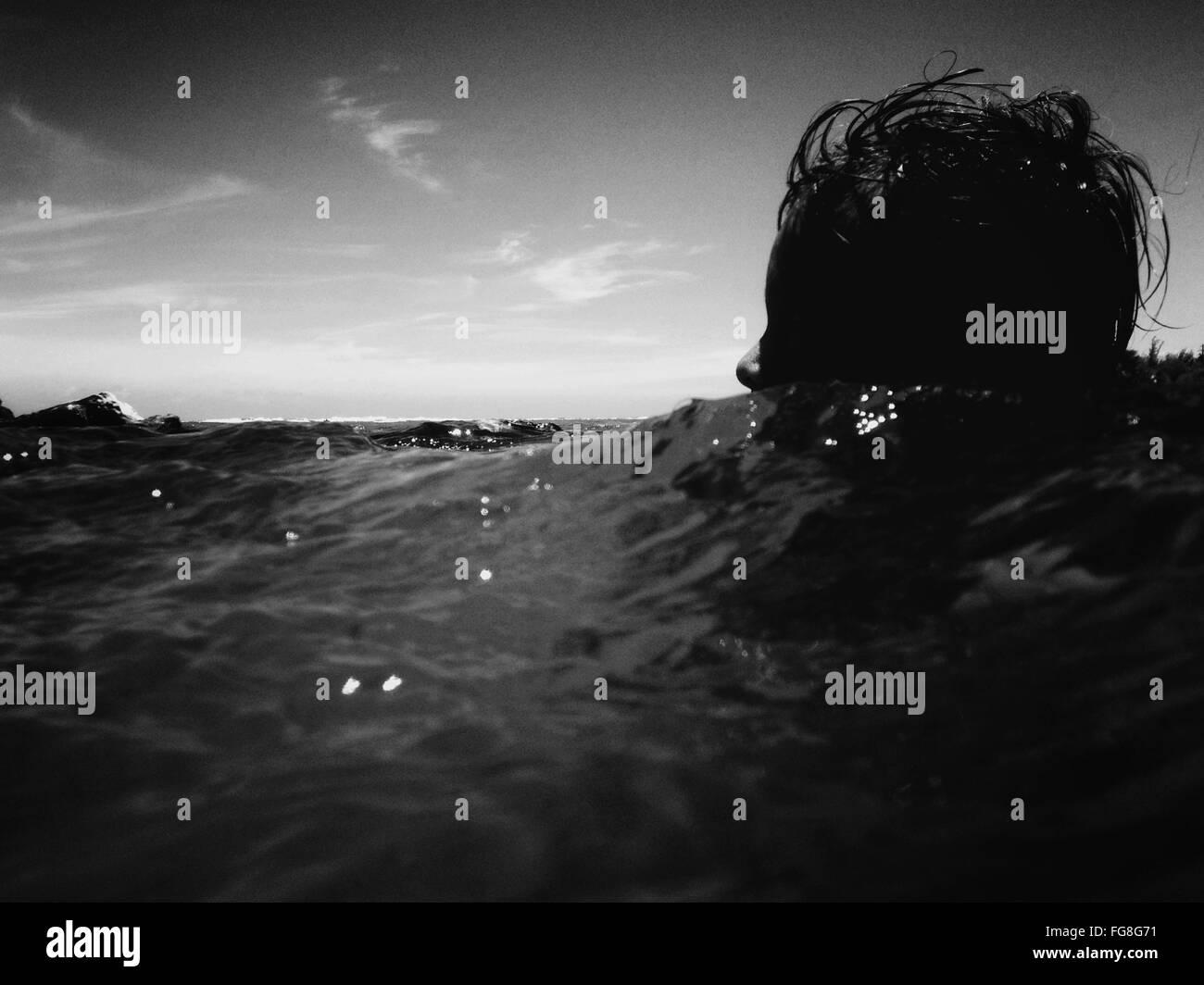 Oberflächenniveau Person im Meer Stockbild