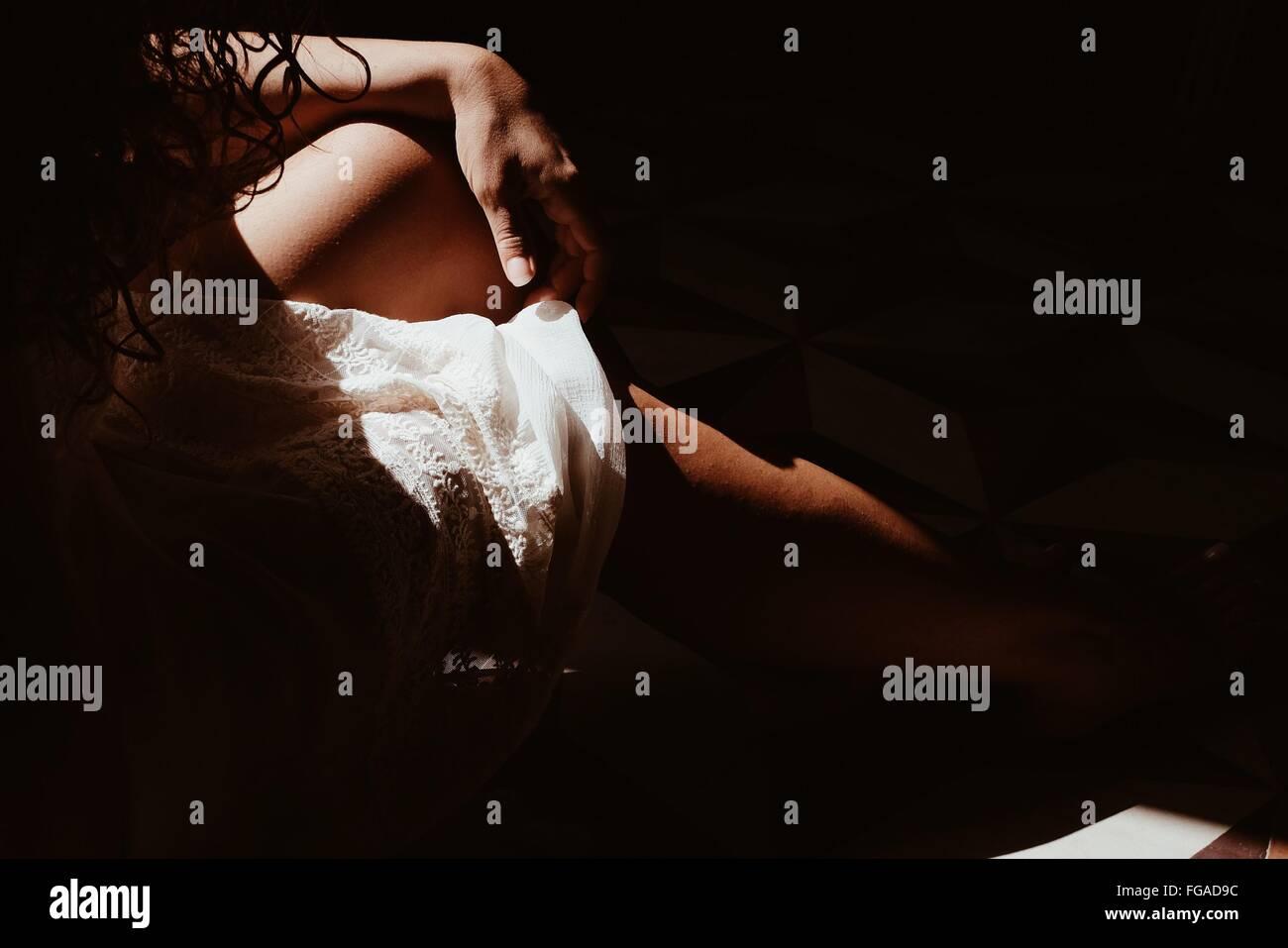 Bild der Frau zu Hause entspannen beschnitten Stockbild