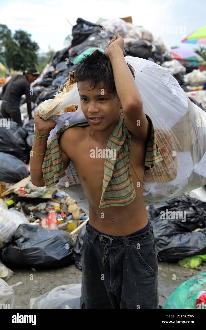 Junge (14) arbeitet in einer Mülltrennung und Weiterverkauf in einem Junk-e-Shop in der Nähe der Quezon Stockbild