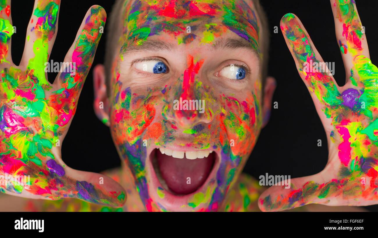 Nahaufnahme eines Mannes Gesicht farbig lackiert Stockbild