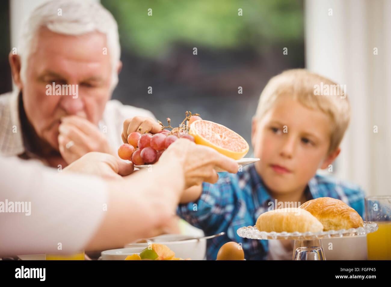 Nahaufnahme der Hände übergeben Obstteller Stockbild