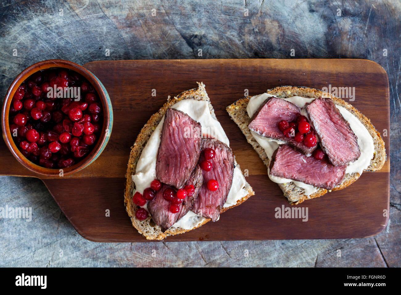 Sandwich mit Wild, Kastanienpüree und Preiselbeeren Stockbild