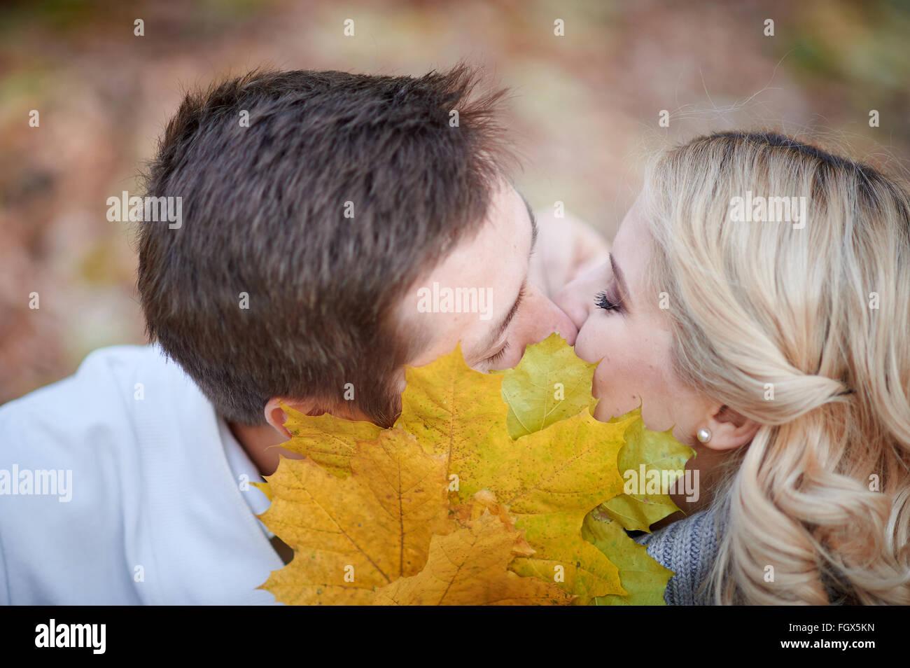 Liebespaar im Herbst Park küssen Stockbild