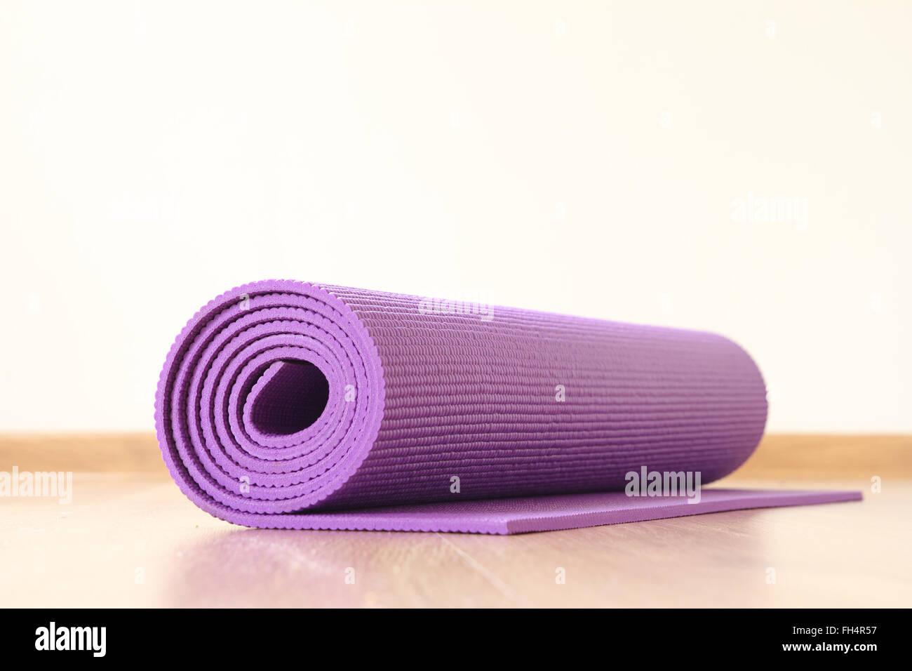 Yoga-Matte auf dem Boden Stockbild