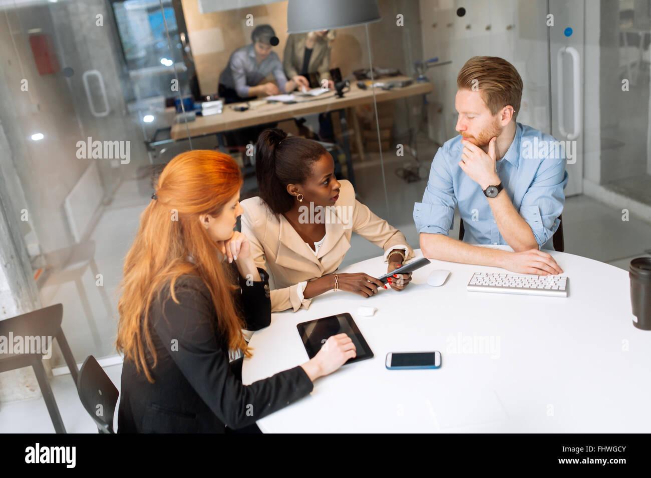 Geschäftsleute treffen am runden Tisch und brainstorming Stockbild