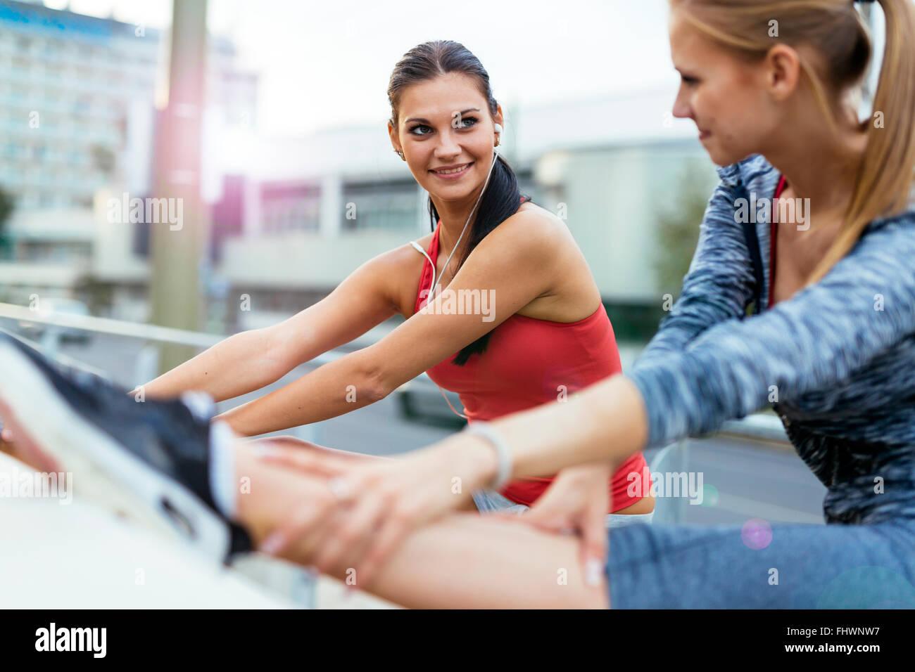 Zwei Frauen Dehnen der Muskeln vor dem Joggen Stockbild