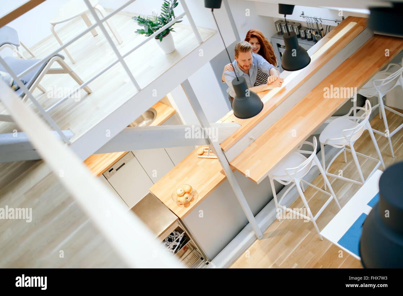 Schönes paar posiert in gut gestalteten Küche Stockbild
