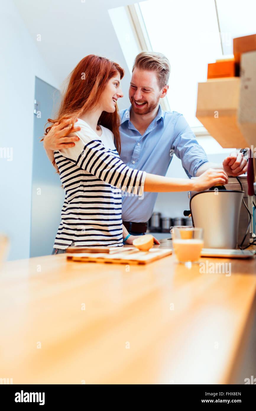Attraktives Paar in Küche, Zubereitung von Mahlzeiten Stockbild