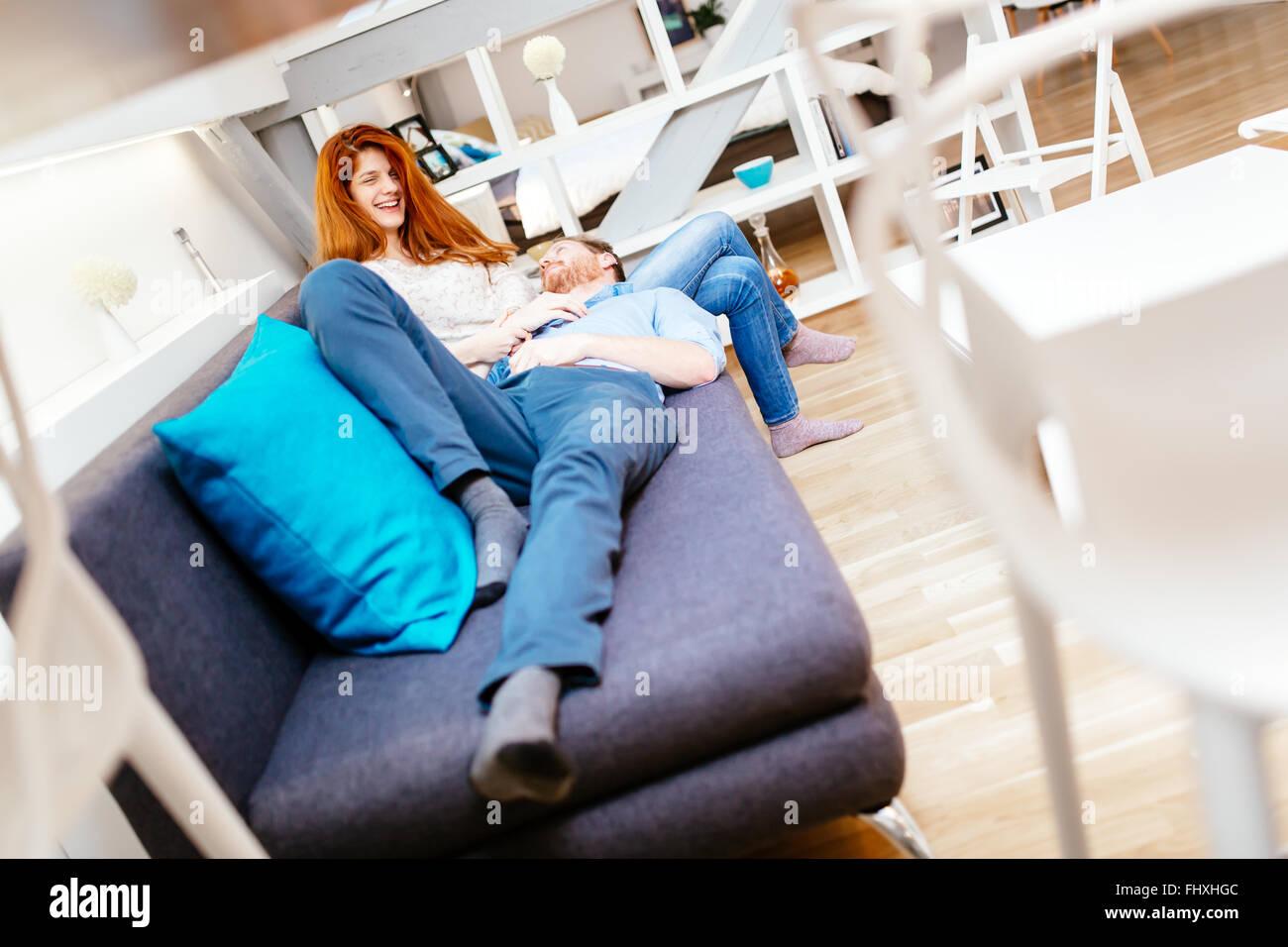 Cuddling stockfotos cuddling bilder alamy for Sofa kuscheln