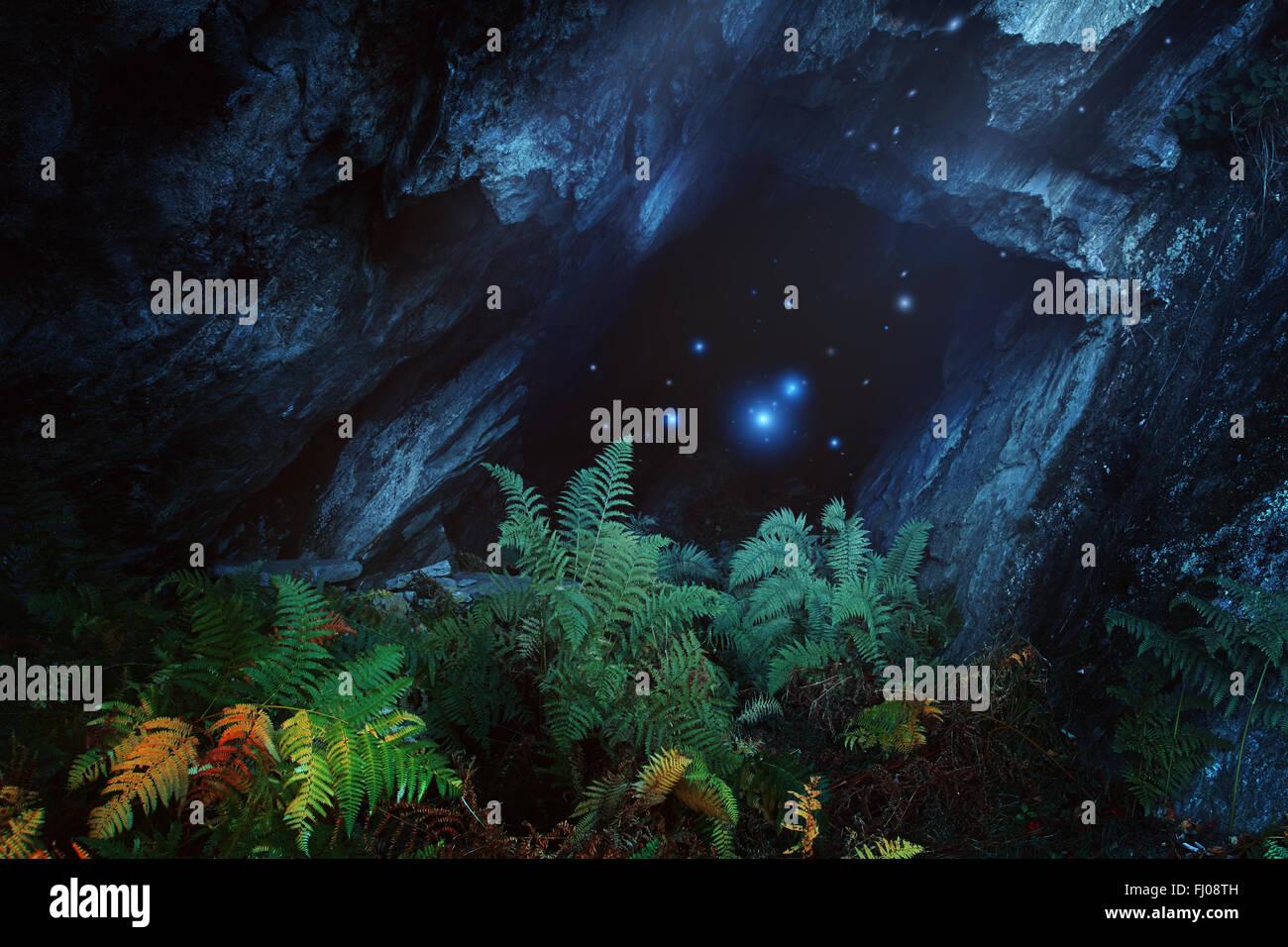 Dunklen magischen Höhle mit Berggeister. Fantasie und surreal Stockbild