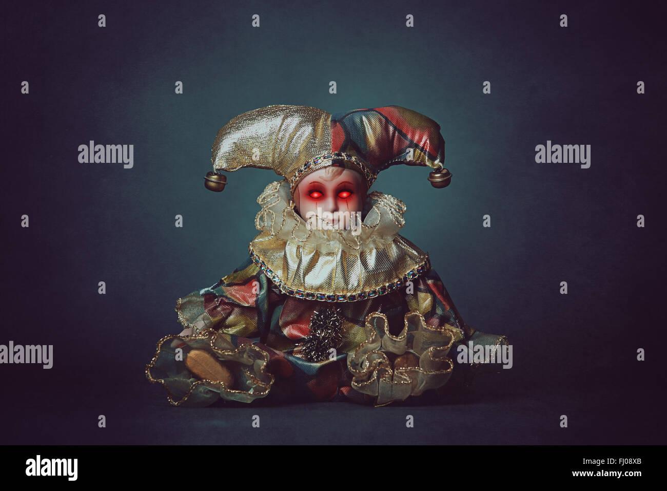 Beängstigend Clown Puppe mit dämonischen Augen. Horror und halloween Stockbild