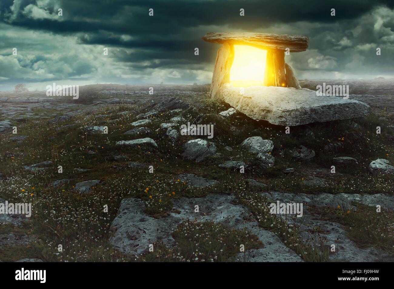 Magisches Portal in ein geheimnisvolles Land. Surreale und phantastische Konzept Stockbild