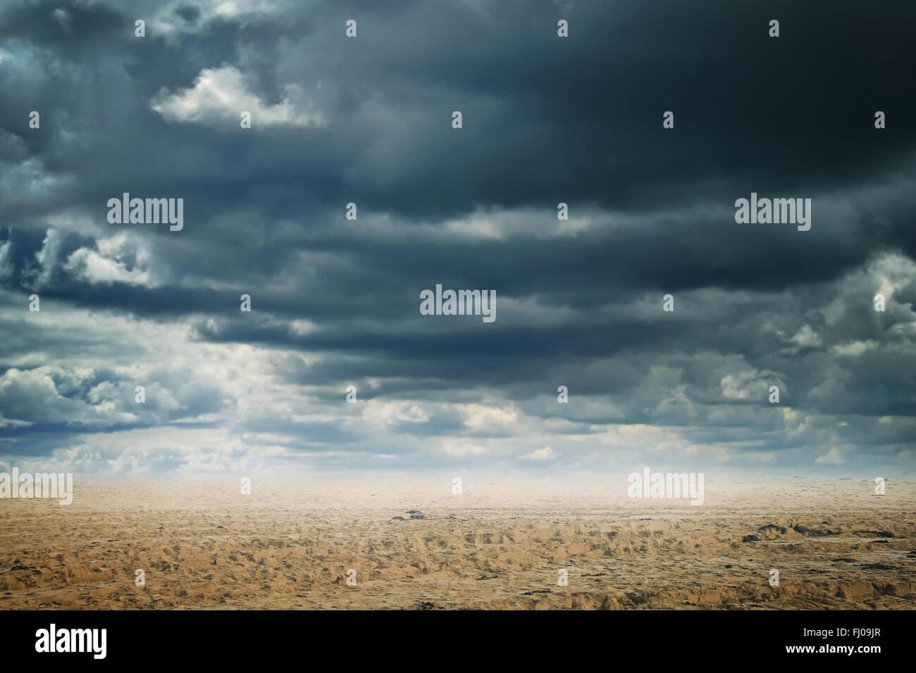 Zusammenfassung Hintergrund eine Sandwüste mit dramatischen Wolkengebilde Stockbild