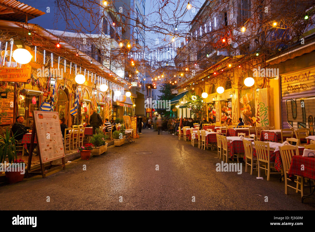 Restaurants und Cafés in Psirri Viertel nahe Heldenplatz, Athen. Stockbild