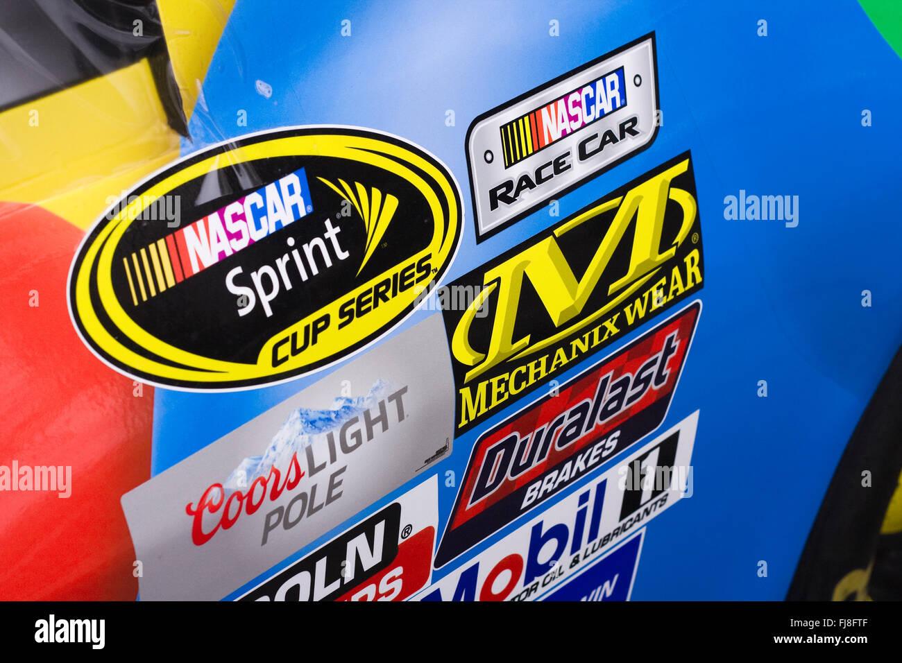 Rechts an einem NASCAR Rennwagen zeigen Sponsor Aufkleber platziert in Reihen hinter der rechten vorderen Reifen Stockbild