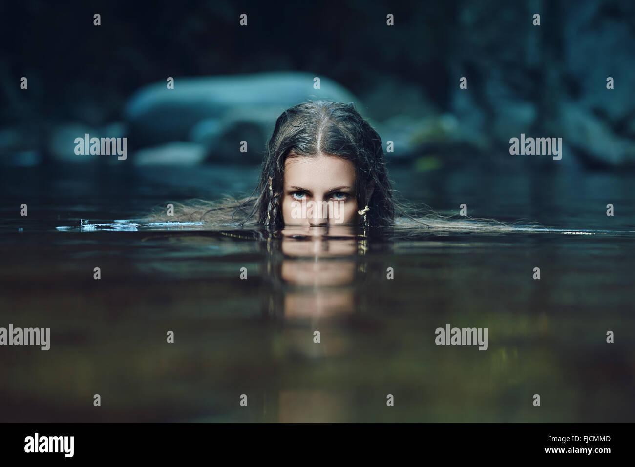 Dunkle Wasser-Nymphe mit intensiven Blick. Ethereal und Fantasie Stockbild