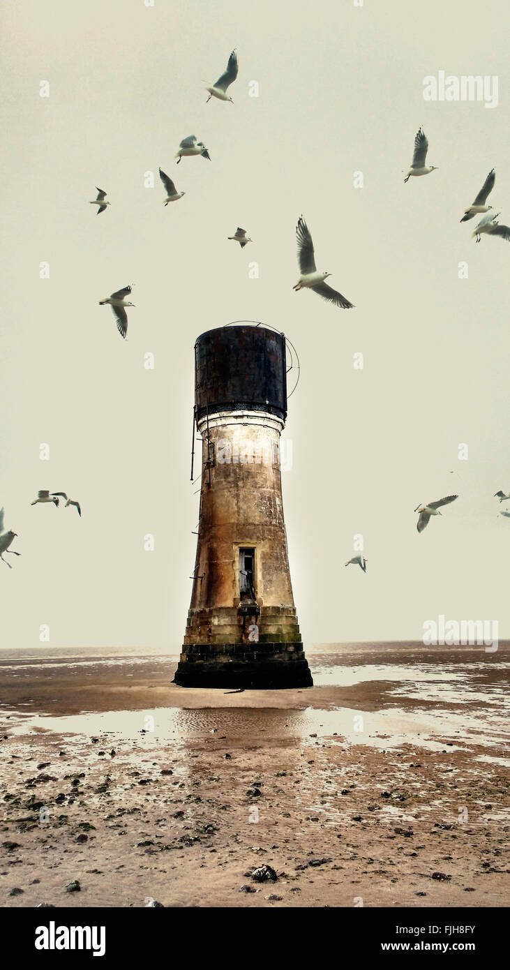 alten verlassenen Leuchtturm am Strand und Möwen Stockbild