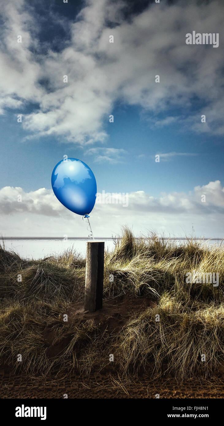 Strand-Landschaft mit einem Holzstab und einen blauen Ballon attached to it. Stockbild