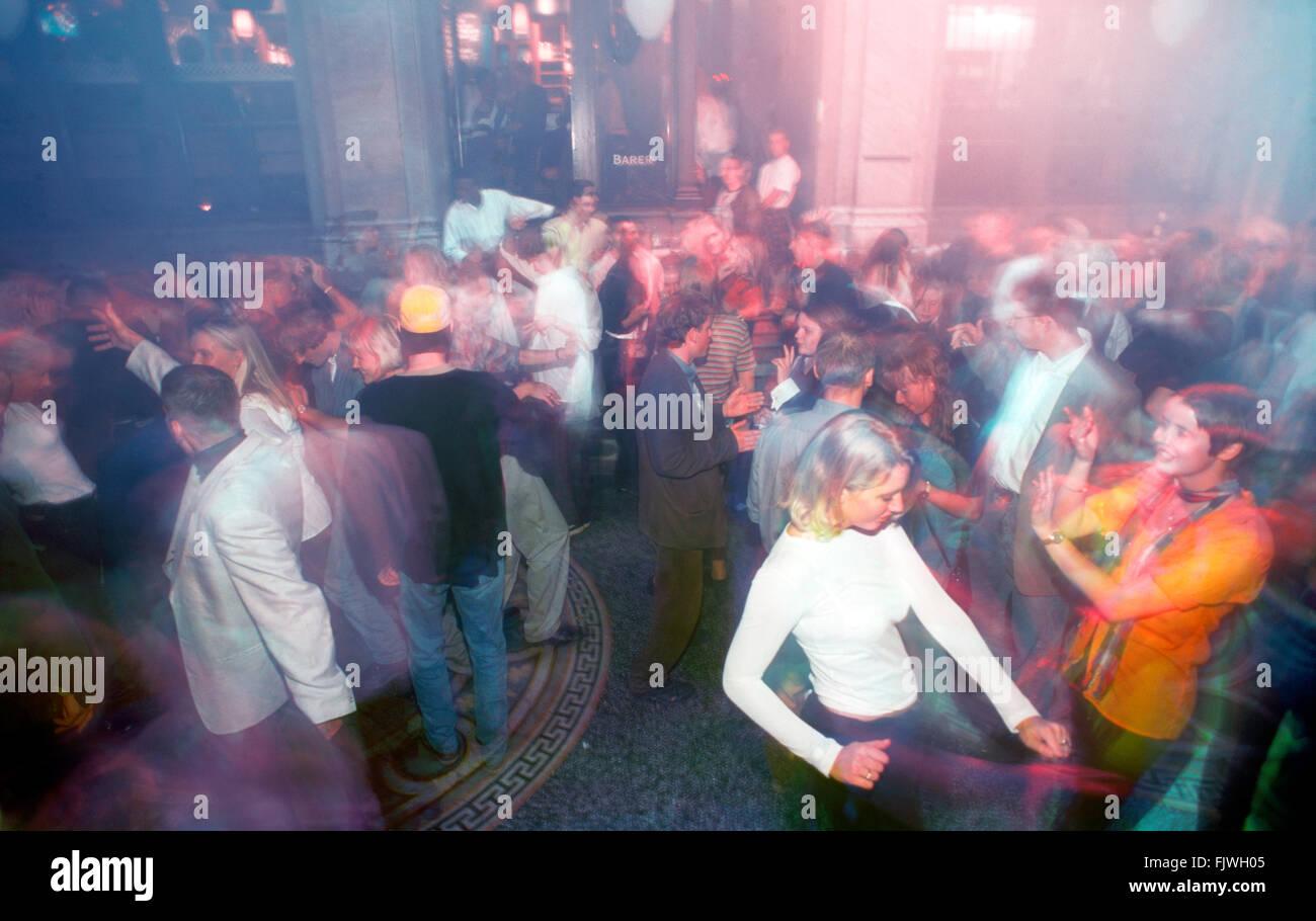 Tanzfläche mit Blitzleuchten und Musik in Stockholm Nachtclub verpackt Stockbild