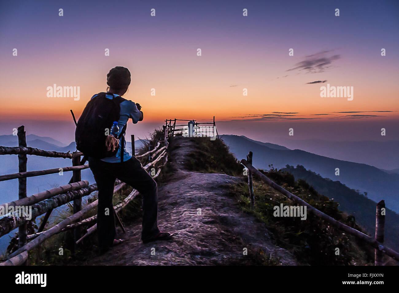 Wanderer stehen am Berg gegen Himmel bei Sonnenuntergang Stockbild