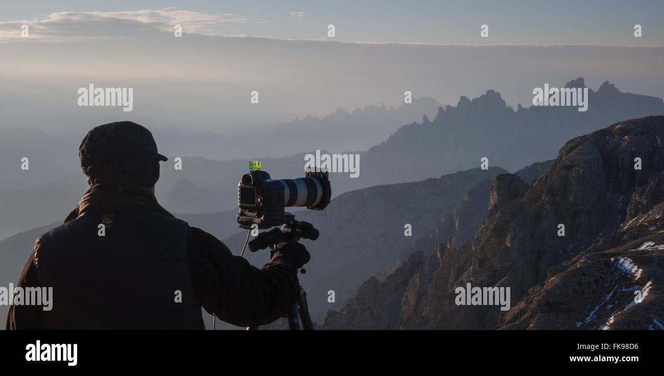Fotograf Aufnahmen an den Hängen des Tre Cime, Dolomiten, Provinz Belluno, Region Venetien, Italien Stockbild
