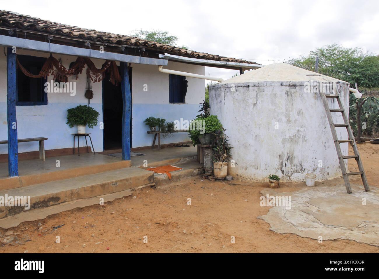 Die Abstraktion des Trinkens Wasser im Haus-System in der bahianischen Hinterland Stockbild