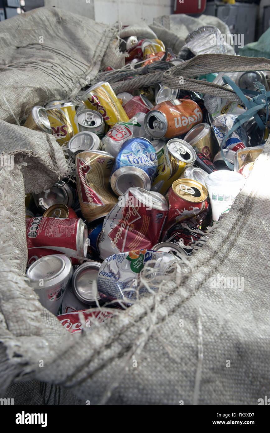 Tasche mit separaten Aluminiumdosen für das recycling Stockbild
