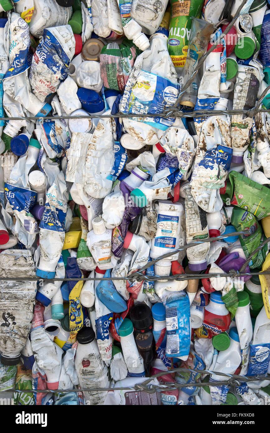 Kunststoff-Verpackungen für das recycling Pressed Stockbild
