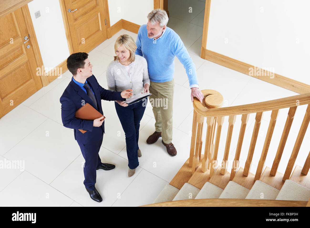 Makler zeigen, älteres paar um Haus zu verkaufen Stockbild