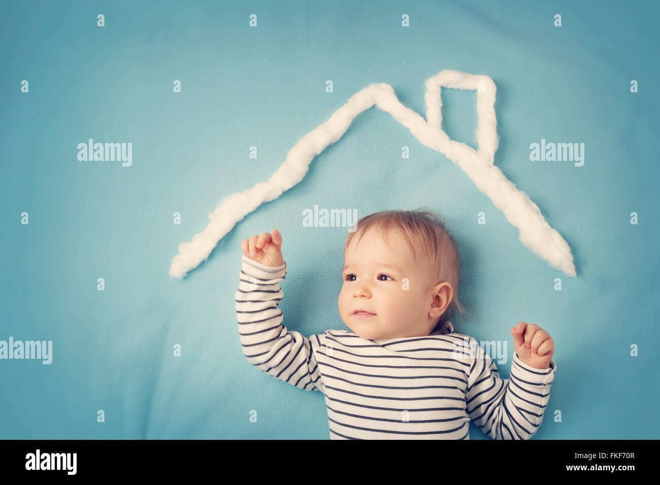 kleiner Junge mit Form des Hauses Stockbild