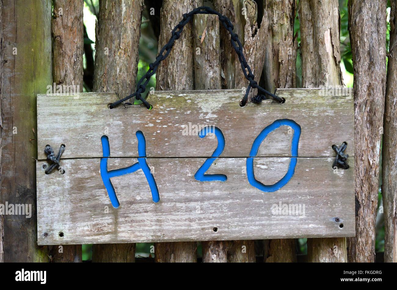 Die chemische Formel von Wasser H2O auf Outdoor-Zeichen. Wasserkonzept Stockbild
