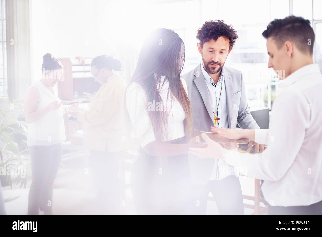 Kolleginnen und Kollegen im Team-building Aufgabe von Angesicht zu Angesicht Hand in Hand Stockbild