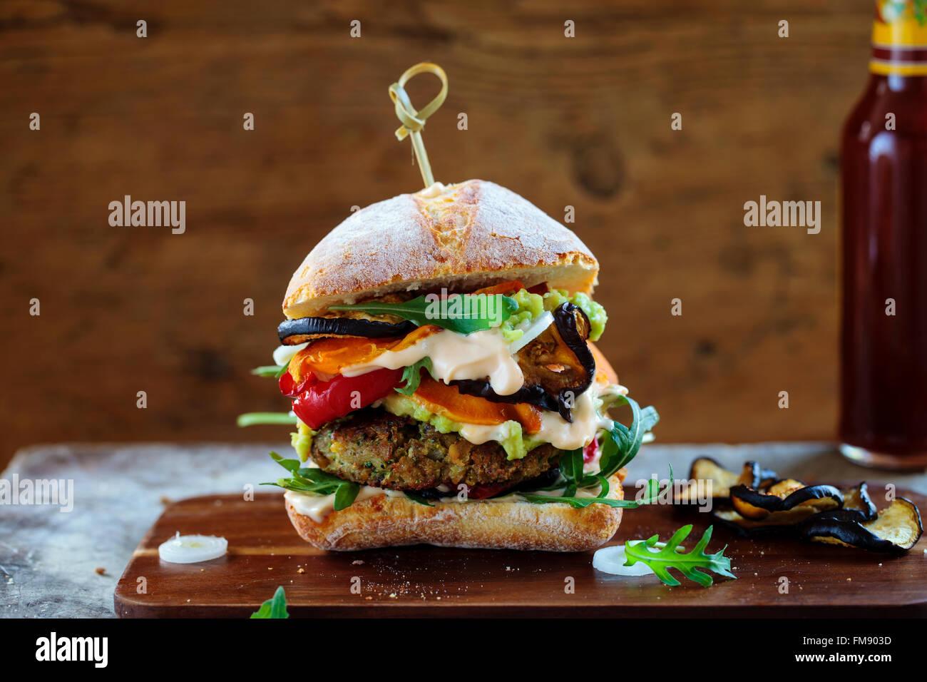 Vegetarische Burger gemacht aus Champignons, Kichererbsen und Brokkoli mit gebratenen Paprika, Auberginen, Rucola Stockbild