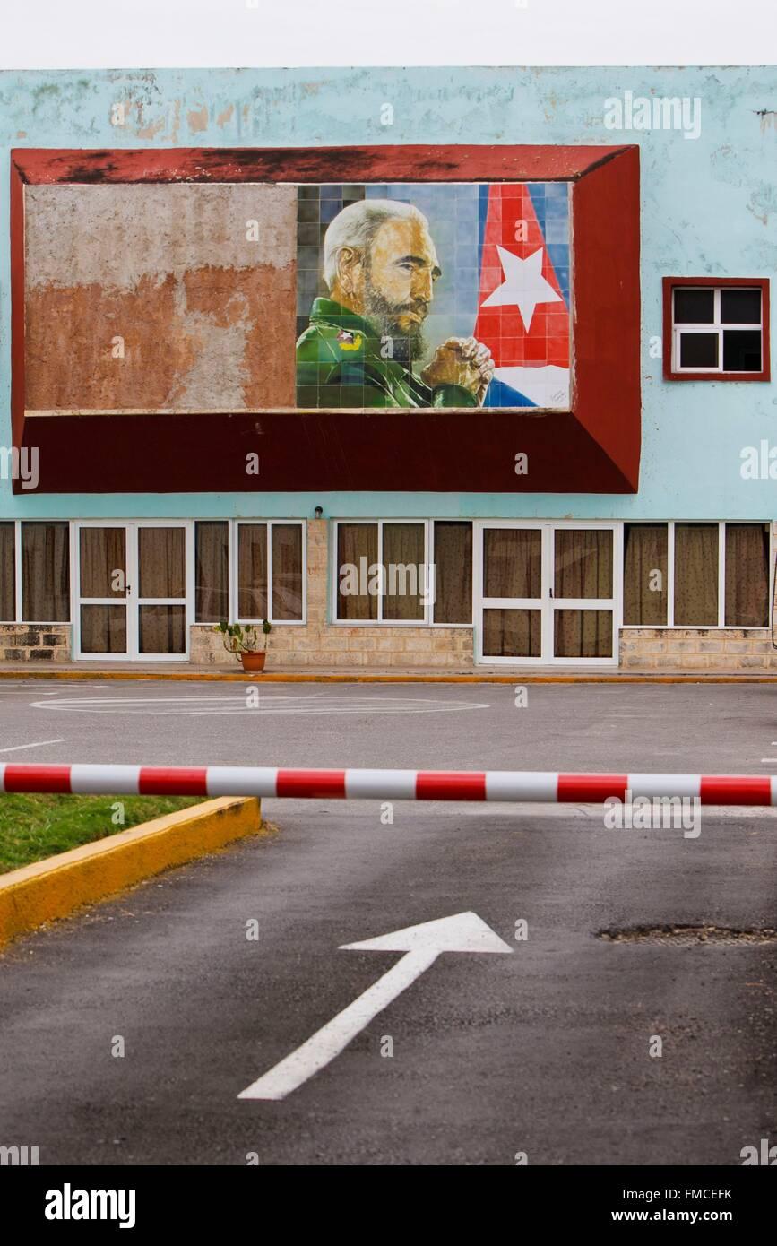 Kuba, Matanzas, Gebäude mit einem Schild zu Ehren von Fidel Castro Stockbild