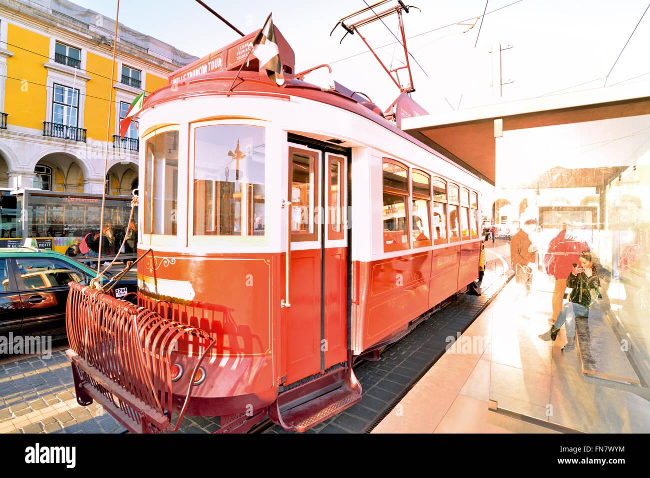 Portugal, Lissabon: Historische rote Straßenbahn Haltestelle Praca do Comercio Stockbild