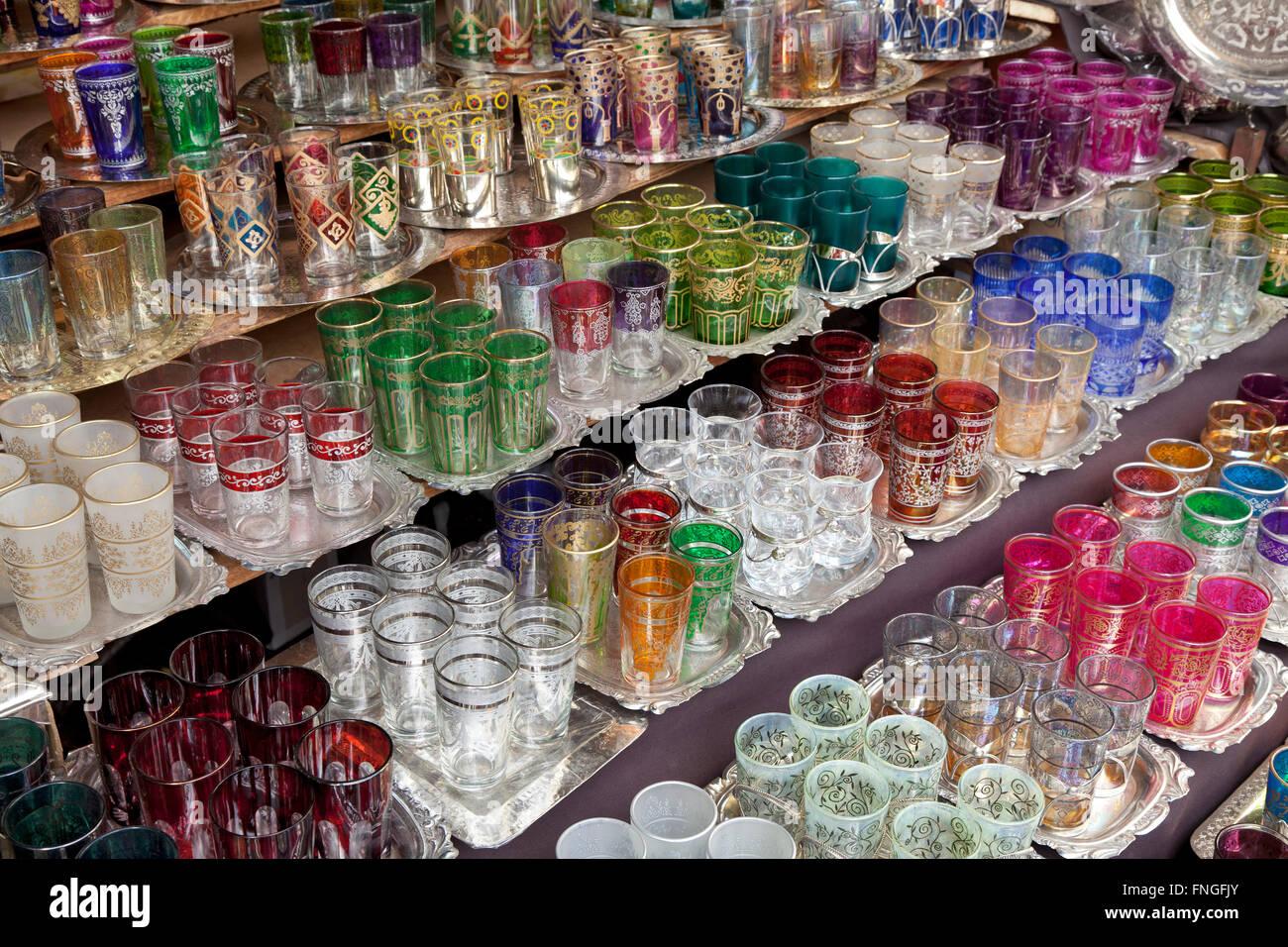 Marokkanische Glaswaren für den Verkauf in den Souks von Marrakesch, Marokko Stockbild