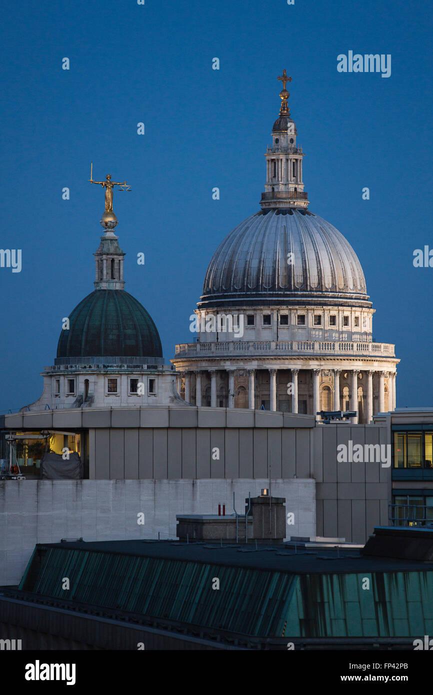 St Pauls Cathderal auf die Skyline Blick über die Dächer von der City of London. Stockbild