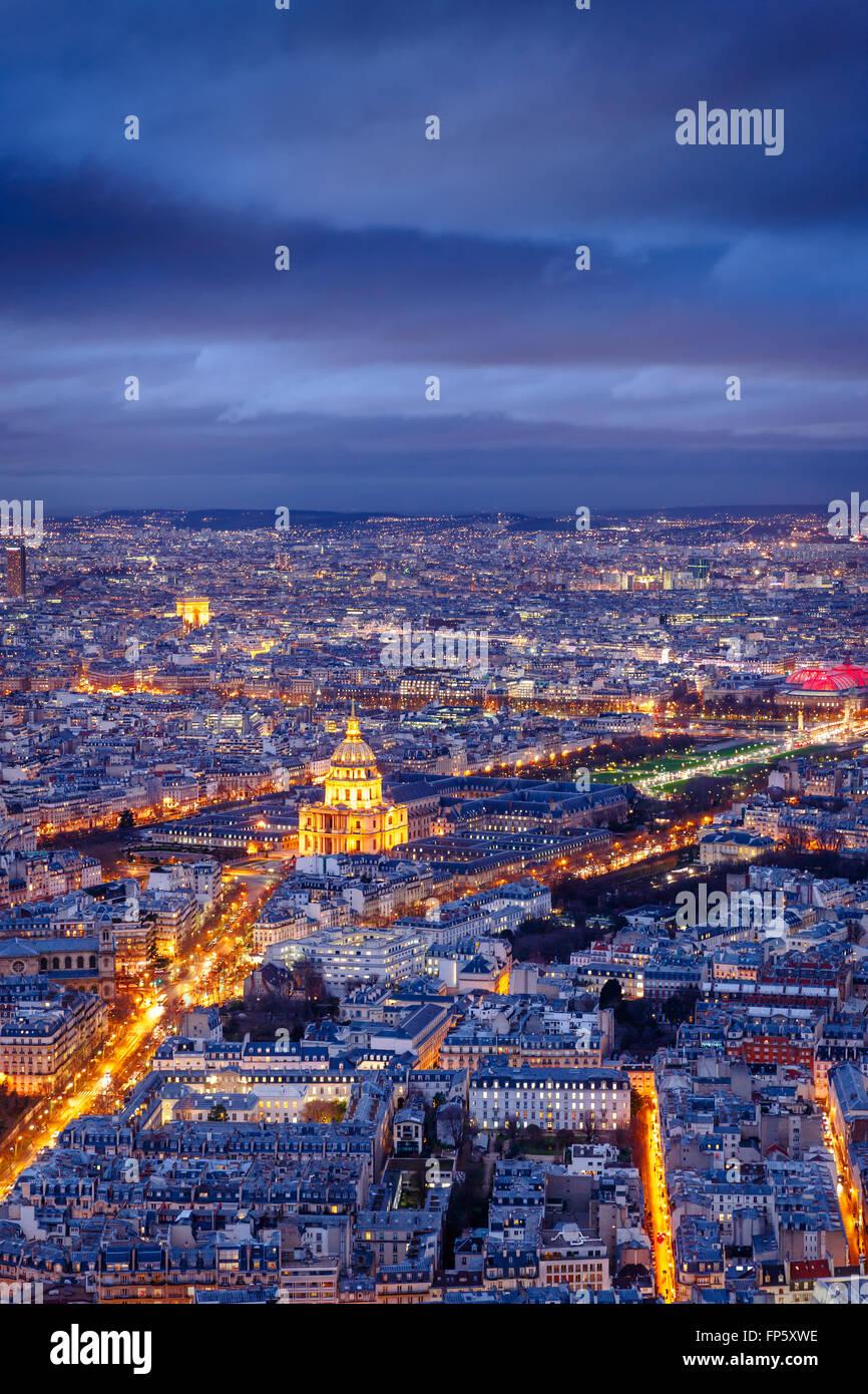 Luftaufnahme von Paris in der Dämmerung mit dem Invalidendom und Armeemuseum am Center und dem Triumphbogen Stockbild