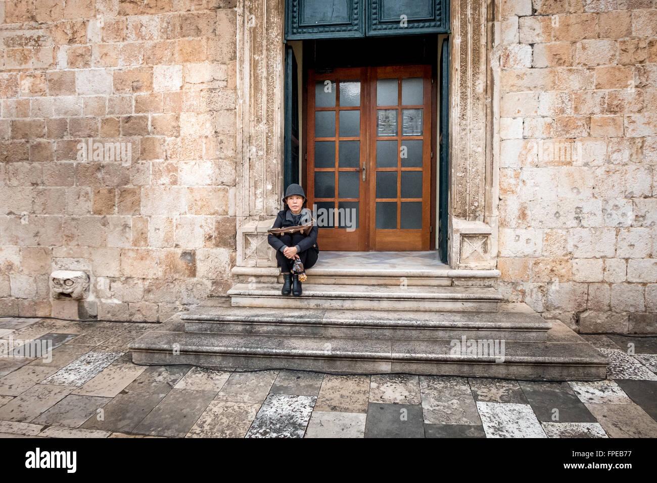 Ein Tourist auf Stufen in der Altstadt von Dubrovnik. Stockbild