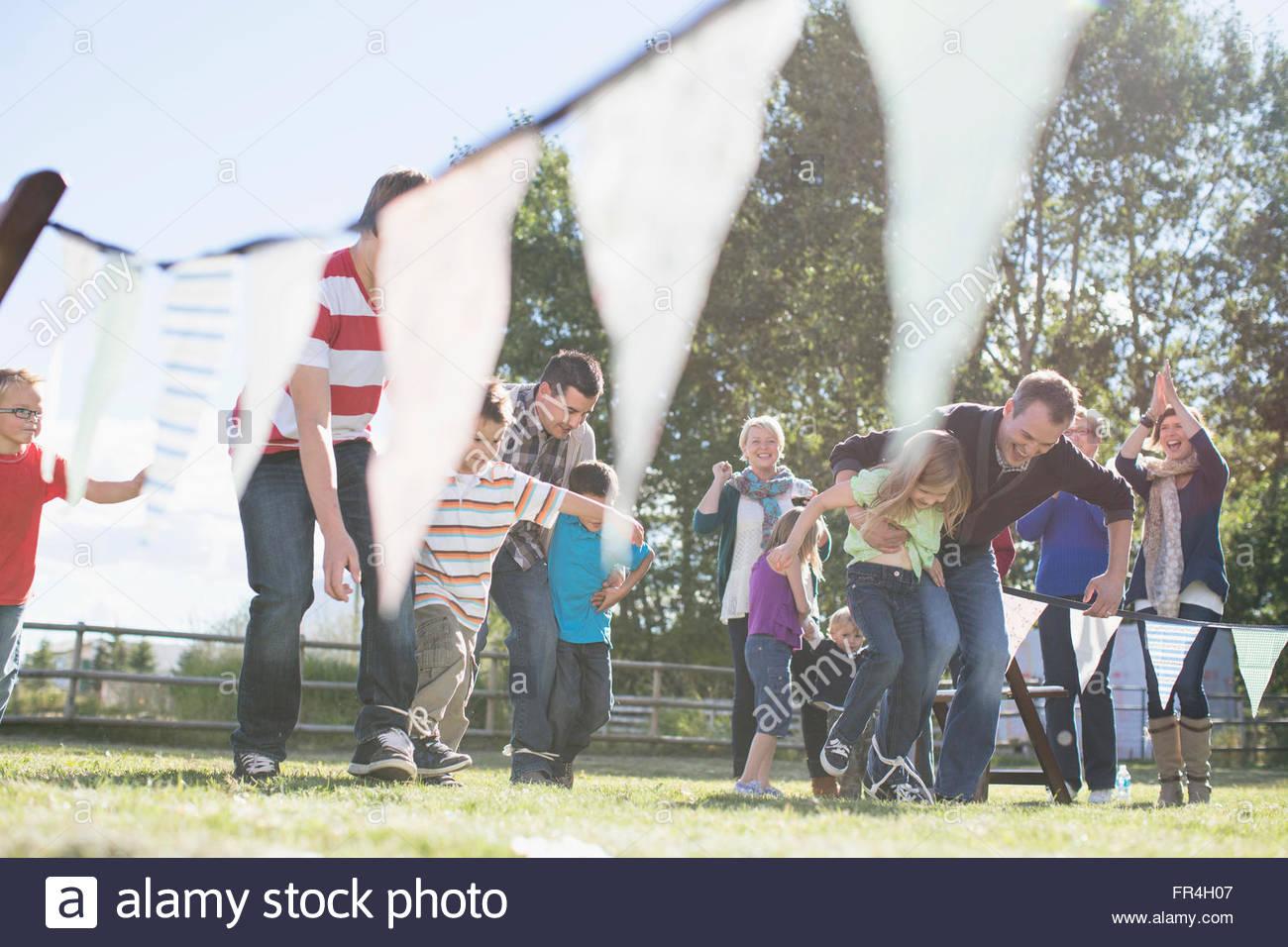 Familie Familie in 3 Beinen Rennveranstaltung jubeln. Stockbild