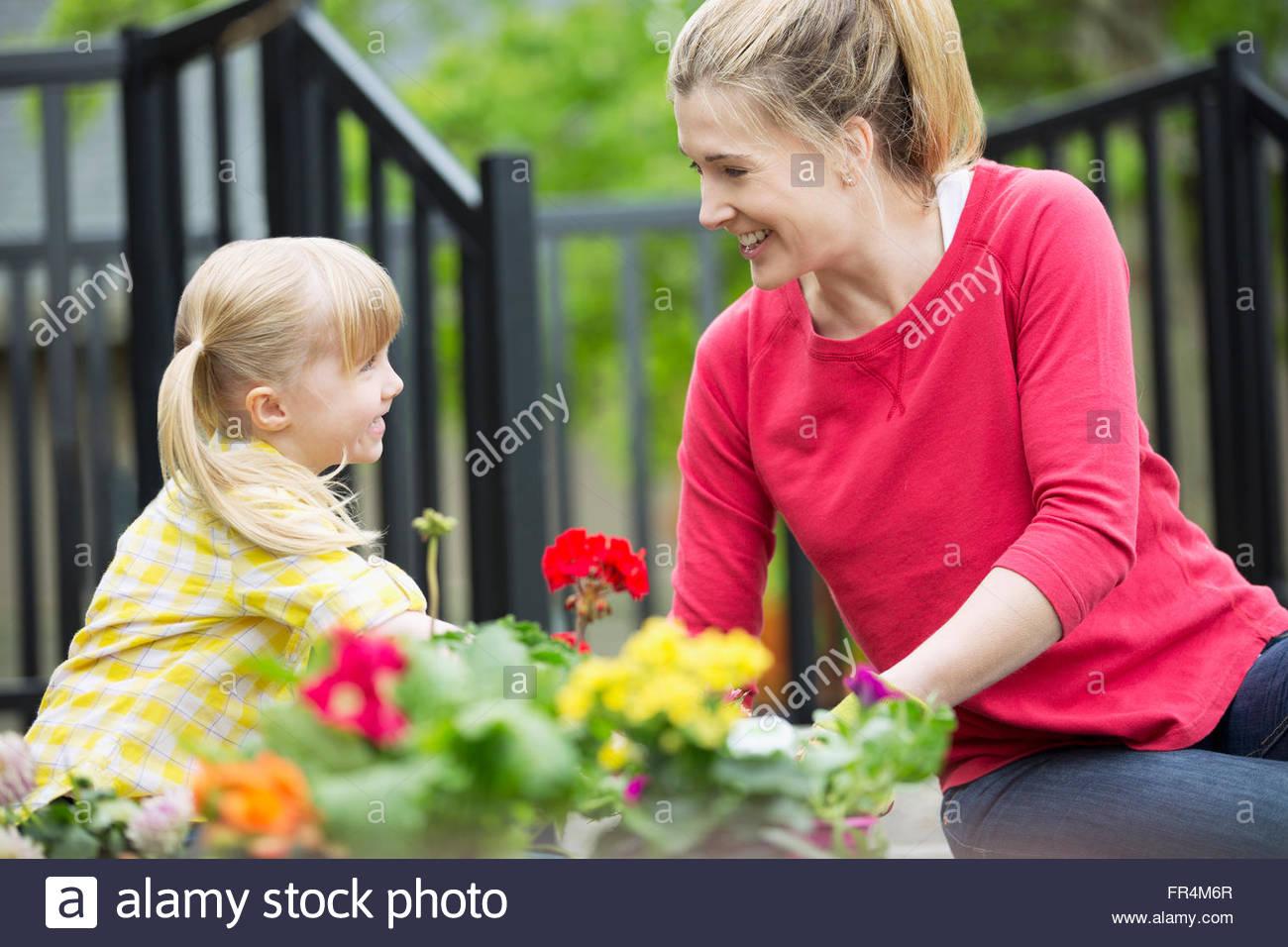 Mama und 5 jährige Tochter, die Anpflanzung von Blumenbeet Stockbild