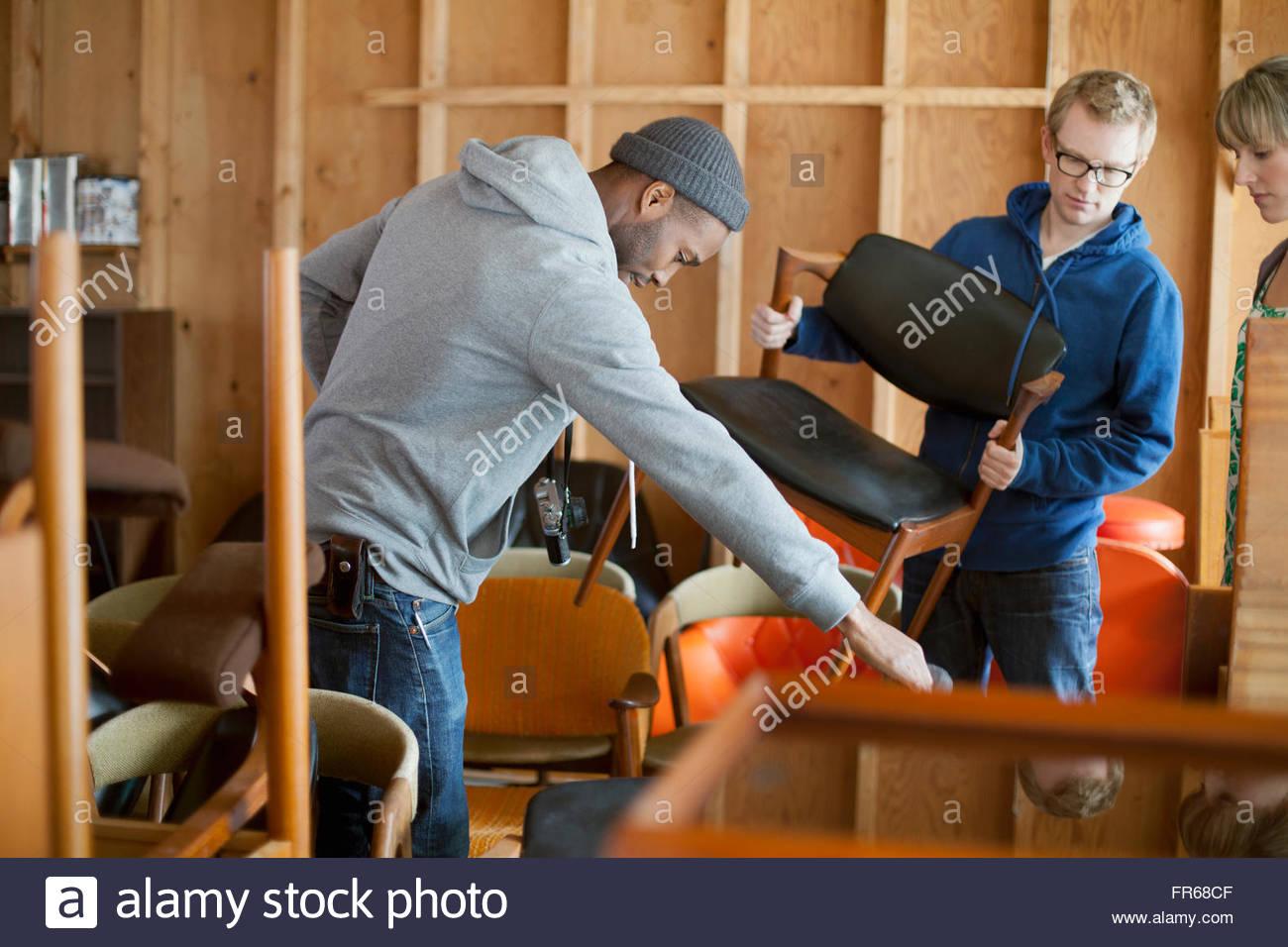 Freunde hängen in Werkstatt Stockbild