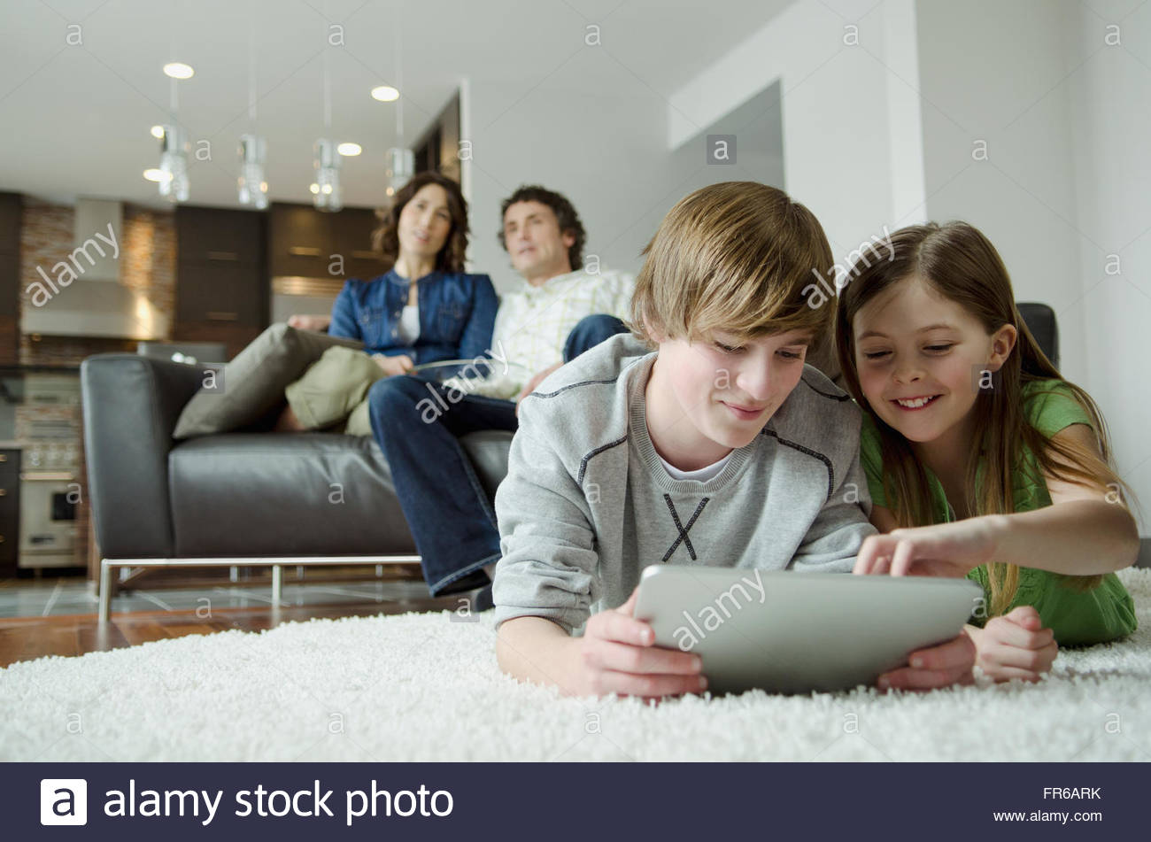 Familie genießen Sie Film-Nacht und Technologie Stockbild