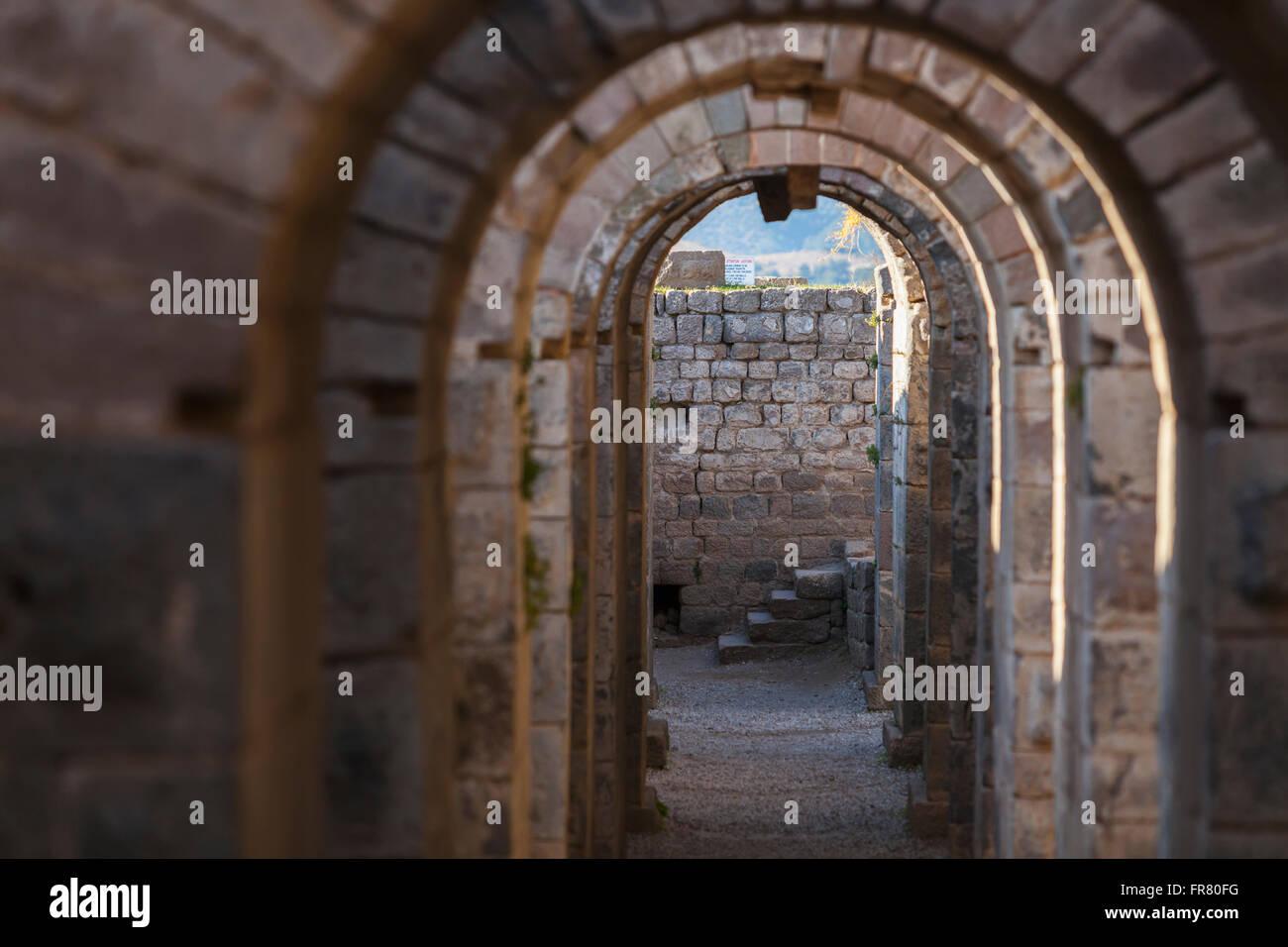 Tunnel zwischen dem Tempel des Trajan und des Theaters auf der Akropolis; Bergama, Türkei Stockbild