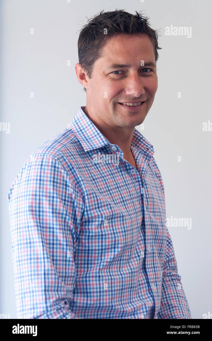 Porträt des jungen professionellen männlichen (30), Christchurch, Provinz von Canterbury, Neuseeland Stockbild