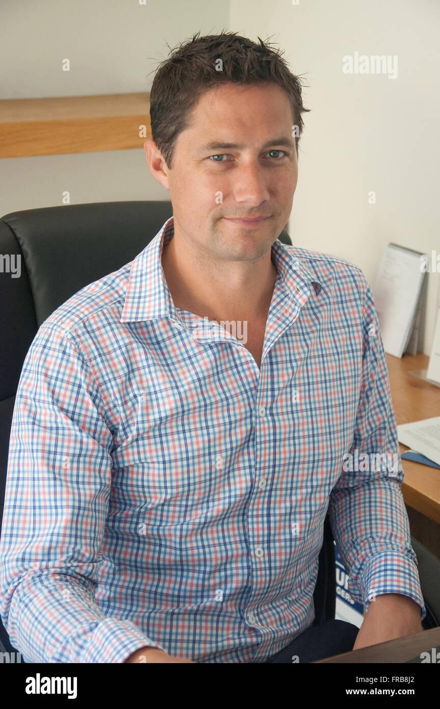 Junge professionelle männlich (30) an Büro Schreibtisch, Christchurch, Canterbury Provinz, Neuseeland Stockbild