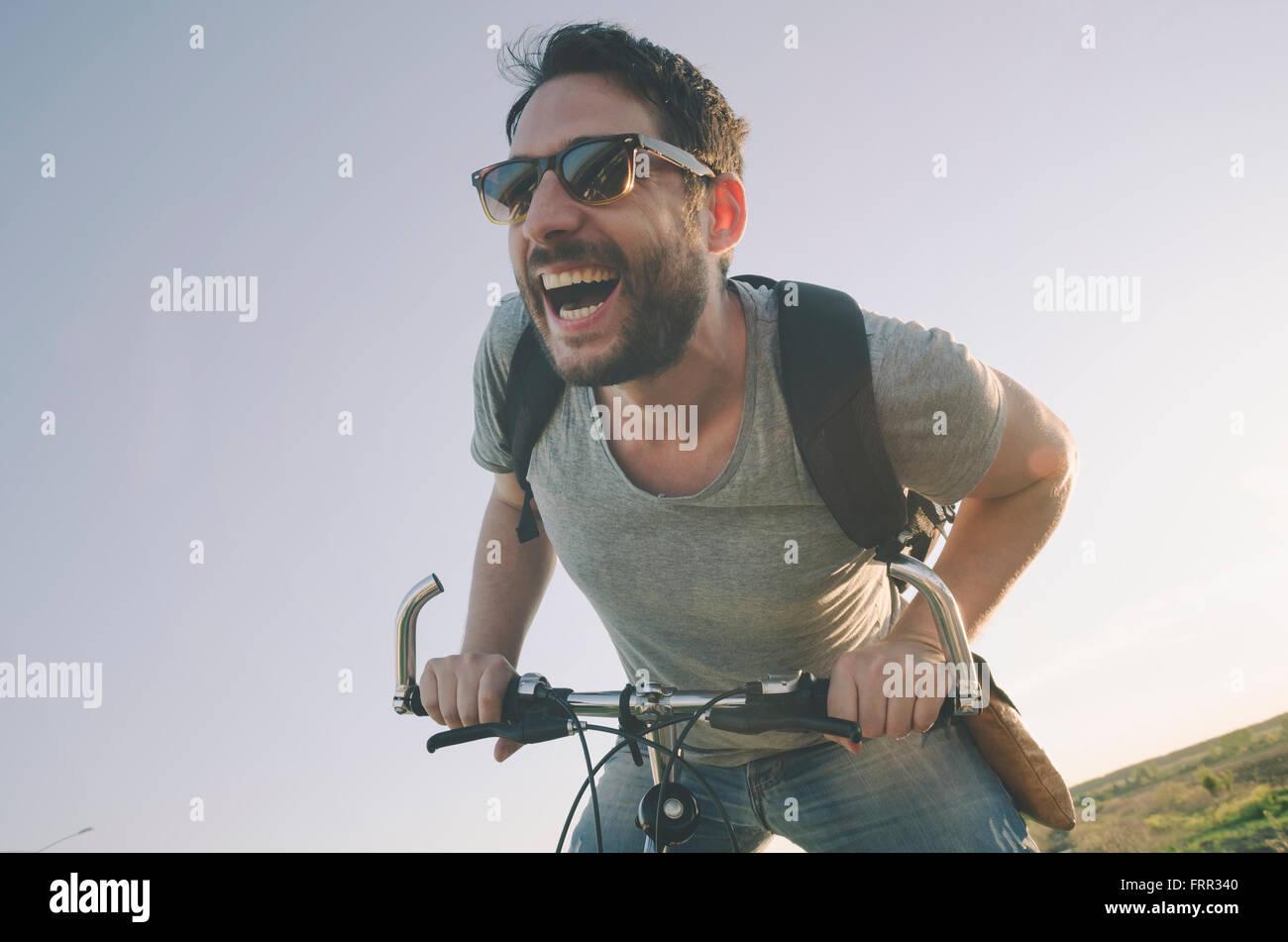 Mann mit dem Fahrrad Spaß. Retro-Stil Bild. Stockfoto