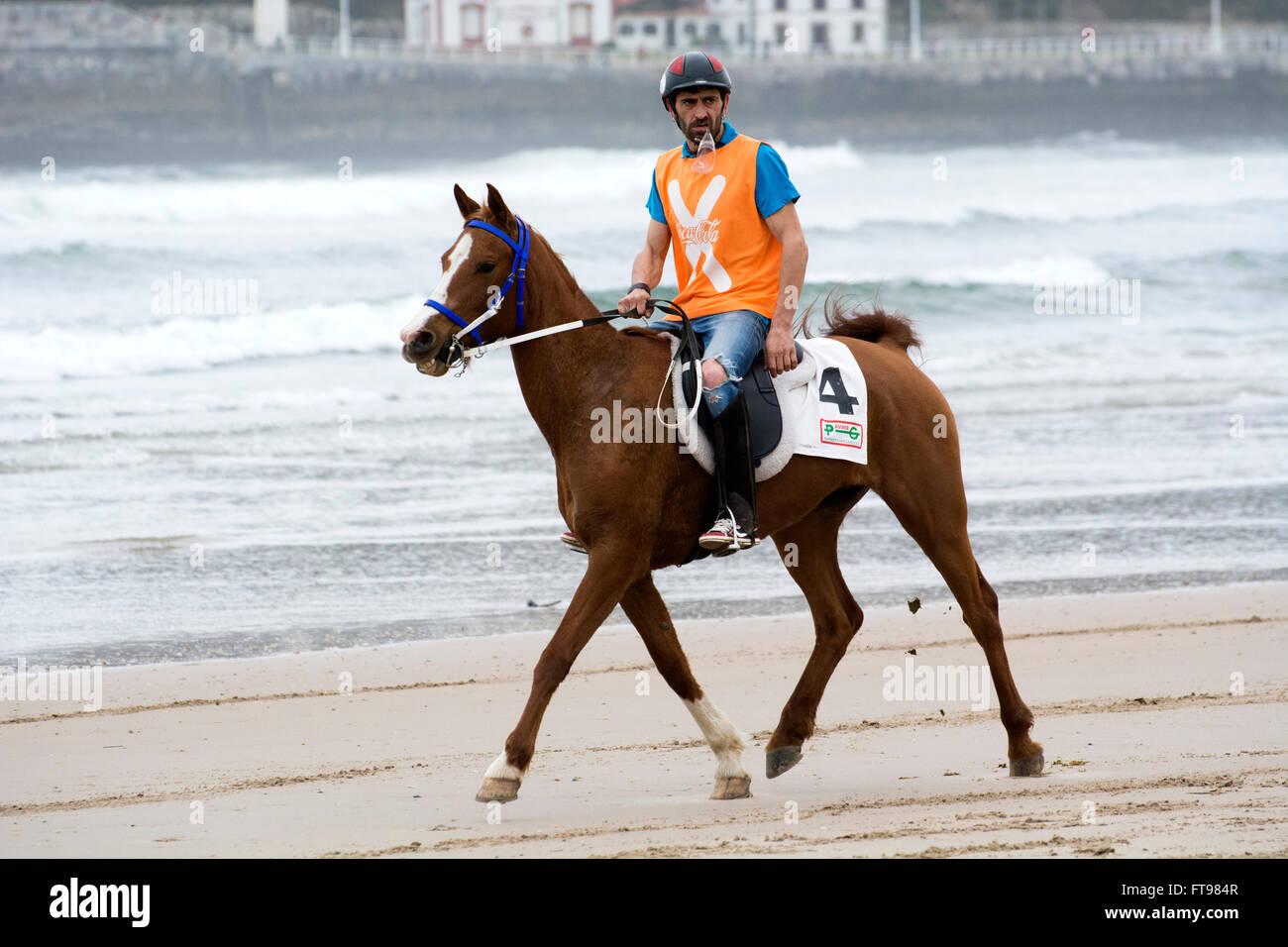 """Ribadesella, Spanien. 25. März 2016. Jose Ignacio Perea mit """"Tromba"""" im zweiten Rennen der Pferderennen Stockbild"""