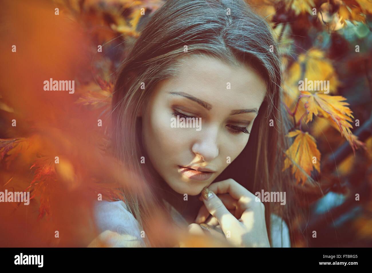 Schöne Frau Porträt mit traurigen Farben. Unschuld und Reinheit Stockbild