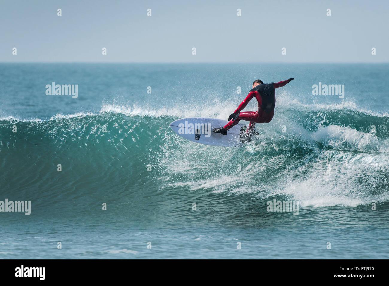 Ein Surfer auf den Fistral Beach in Newquay, Cornwall Stockbild